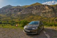 VARDZIA, GRUZJA - 06 2017 SIERPIEŃ: samochód parkujący blisko jamy monasteru Zdjęcia Stock
