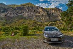 VARDZIA, GRUZJA - 06 2017 SIERPIEŃ: samochód parkujący blisko jamy monasteru Obrazy Royalty Free