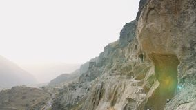 VARDZIA, la GÉORGIE - 17 octobre 2017 : Les gens Vardzia guidé foudroient le site de monastère en Géorgie à la montagne d'Erushet clips vidéos