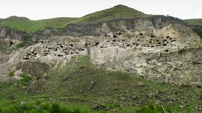 Vardzia, la Géorgie Une ville antique dans la roche Laps de temps banque de vidéos