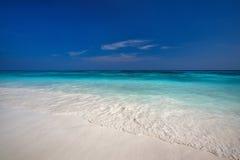 Vare con aguas claras y la arena fina blanca Imagen de archivo libre de regalías