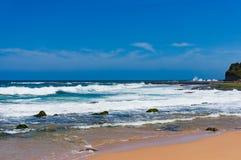 Vare con la orilla arenosa en día de verano claro Fotografía de archivo