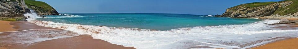 Vare con las ondas hermosas y el cielo azul, paisaje España del norte imagen de archivo libre de regalías
