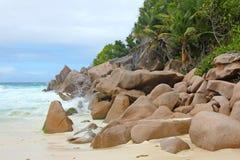 Vare con las rocas y las palmeras en la isla Praslin Imagenes de archivo