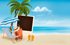 Vare con una palmera, una fotografía y una silla de playa. Imagen de archivo