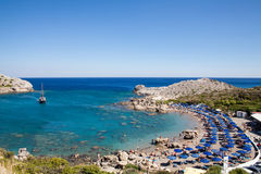Vare de la costa de la isla de Rodas en Faliraki, Grecia Paisaje de la playa Costa y mar rocosos Bahía de la costa del falir Fotos de archivo libres de regalías