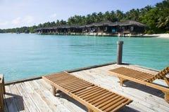 Vare el chalet del agua en maldives que hacen frente al mar Imagen de archivo libre de regalías