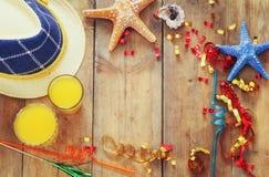 Vare el concepto del partido con los accesorios del partido al lado de cocktai de la fruta Fotografía de archivo