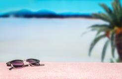 Vare el fondo con el espacio en blanco vacío libre de la copia Gafas de sol de moda en la toalla en paraíso hermoso Playa perfect Imagen de archivo libre de regalías