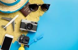 Vare el objeto y los artilugios del viaje para el viajero de las vacaciones en espacio azul de la copia fotos de archivo