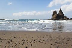 Vare el panorama con las rocas en el agua, cielo azul Imagen de archivo libre de regalías