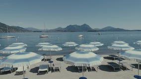 Vare el paraguas del vuelo del abejón de las vacaciones de verano de los días de fiesta del lago italy Como Maggiore almacen de video