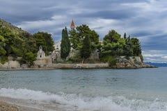 Vare en el monasterio y la rata dominicanos viejos de Zlatni en el fondo, Bol, isla de Brac, Croacia Foto de archivo