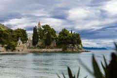 Vare en el monasterio y la rata dominicanos viejos de Zlatni en el fondo, Bol, isla de Brac, Croacia Foto de archivo libre de regalías