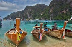 Vare en la phi de la phi de Ko, Tailandia con los barcos de la cola larga Foto de archivo libre de regalías