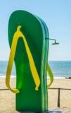 Vare la ducha en la forma de una aleta en la 'promenade' de la playa en th imágenes de archivo libres de regalías