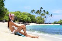 Vare a la mujer del tubo respirador de las vacaciones con la máscara y las aletas Fotos de archivo libres de regalías