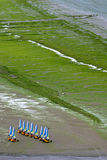 Vare la navegación con los yates de la pista en Miguel-en-Grève del santo (Bretagne) Fotografía de archivo