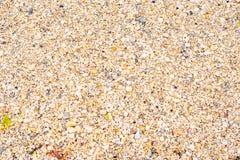 Vare la roca lateral y la arena encendido ve el lado foto de archivo