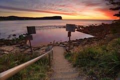 Vare la trayectoria a los baños de marea en la playa de Macmasters Imagen de archivo libre de regalías