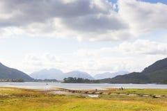 Vare la vida en los fiordos escoceses en un día soleado Imagen de archivo