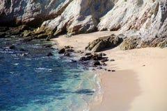 Vare la vista al mar del agua del verde azul en el acantilado rocoso en el restaurante agradable del hotel de California Los Cabo Fotografía de archivo libre de regalías