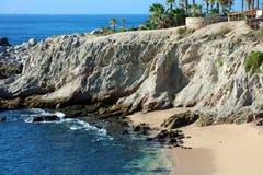 Vare la vista al mar del agua del verde azul en el acantilado rocoso en el restaurante agradable del hotel de California Los Cabo Fotos de archivo libres de regalías