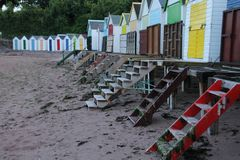Vare las chozas en diversos colores en la ciudad Torquay Fotos de archivo