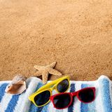 Vare las gafas de sol de la frontera del fondo, toalla, estrella de mar, espacio cuadrado de la copia de la arena de la concha ma Imagenes de archivo