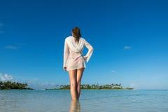 Vare las vacaciones Mujer hermosa caliente que goza mirando la vista del bea Fotografía de archivo libre de regalías
