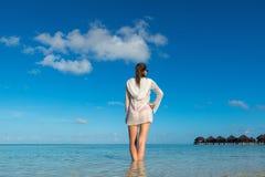 Vare las vacaciones Mujer hermosa caliente que goza mirando la vista del bea Imagen de archivo