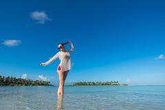 Vare las vacaciones Mujer hermosa caliente que goza mirando la vista del bea Fotos de archivo libres de regalías