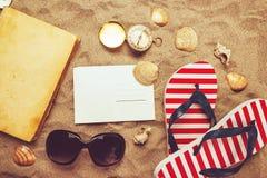 Vare listo, accesorios de las vacaciones de las vacaciones de verano en la playa arenosa Fotografía de archivo