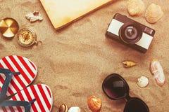 Vare listo, accesorios de las vacaciones de las vacaciones de verano en la playa arenosa Imágenes de archivo libres de regalías