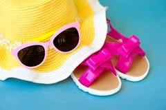 Vare los accesorios con el paja-sombrero, vidrios de Sun, espacio de la copia Fotografía de archivo libre de regalías