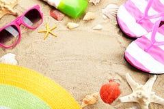 Vare los accesorios en el ³ Ð de у Ð del ‹del ‰ Ñ del  Ð'Ñ del beachб Ñ de la arena· Fotografía de archivo libre de regalías