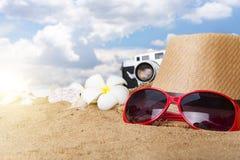 Vare los accesorios en el tablero de madera, sombrero de paja, gafas de sol en la madera Imagen de archivo libre de regalías