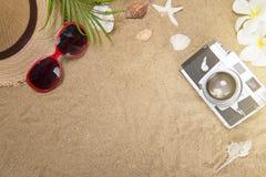 Vare los accesorios en el tablero de madera, sombrero de paja, gafas de sol en la madera Fotografía de archivo
