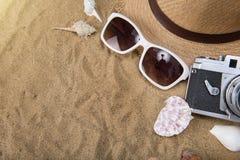 Vare los accesorios en el tablero de madera, sombrero de paja, gafas de sol en la madera Fotografía de archivo libre de regalías
