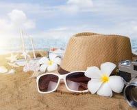 Vare los accesorios en el tablero de madera, sombrero de paja, gafas de sol en la madera Imagen de archivo