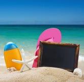 Vare los accesorios en la arena contra el mar Fotos de archivo