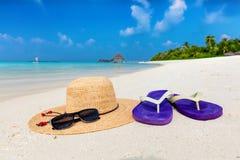 Vare los accesorios en la arena, océano claro de la turquesa en Maldivas Imagen de archivo libre de regalías