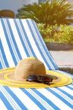 Vare los accesorios en la silla de cubierta por la piscina Concepto de las vacaciones de verano Fotografía de archivo