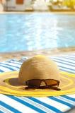 Vare los accesorios en la silla de cubierta por la piscina Concepto de las vacaciones de verano Fotos de archivo