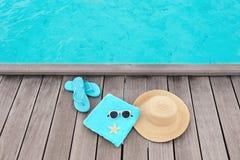 Vare los accesorios en pontón de madera en el centro turístico del mar Foto de archivo libre de regalías