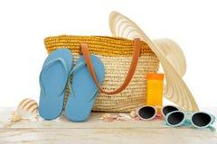 Vare los accesorios encendido para las vacaciones de verano en la tabla de madera blanca Imagen de archivo libre de regalías