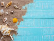 Vare los accesorios incluyendo la playa del sombrero, cáscara, arena en azul brillante Foto de archivo libre de regalías