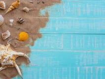 Vare los accesorios incluyendo la playa del sombrero, cáscara, arena en azul brillante Imagen de archivo libre de regalías