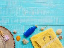 Vare los accesorios incluyendo la protección solar, playa del sombrero, cáscara, amarillo Imágenes de archivo libres de regalías