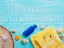 Vare los accesorios incluyendo la protección solar, playa del sombrero, cáscara, amarillo Foto de archivo libre de regalías